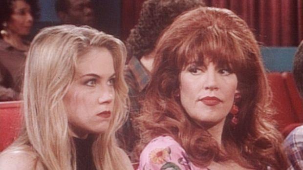 Kelly (Christina Applegate, l.) ist sauer, weil ihr Freund sie betrügt. Also...