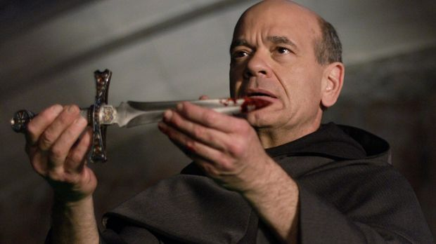 Ein mysteriöser Mönch (Robert Picardo) ritzt Lex Zeichen in die Brust, die ei...