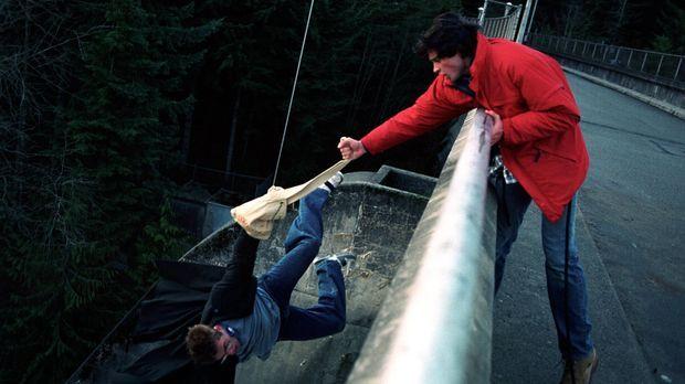 Nachdem er Eric (Shawn Ashmore, l.) beim Schulausflug in letzter Sekunde rett...
