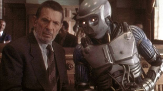 Der Roboter Adam (Jake McKinnon, r.) bittet seinen Verteidiger Cutler (Leonar...