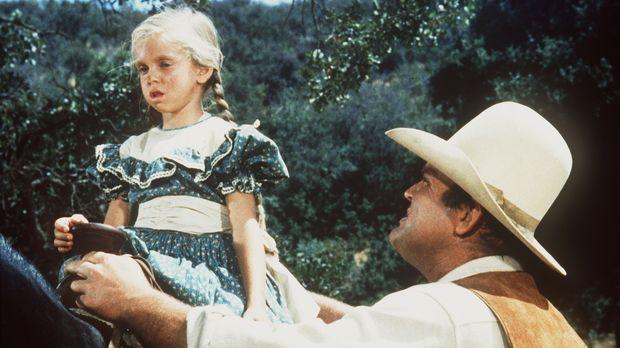 Hoss (Dan Blocker, r.) findet ein kleines Mädchen (Eileen Baral, l.) das als...