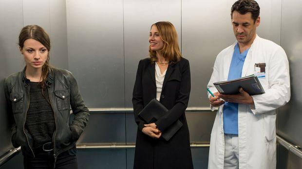 Erst als Frida (Julia Hartmann, l.) im Krankenhausaufzug auf Mark (Tobias Oer...