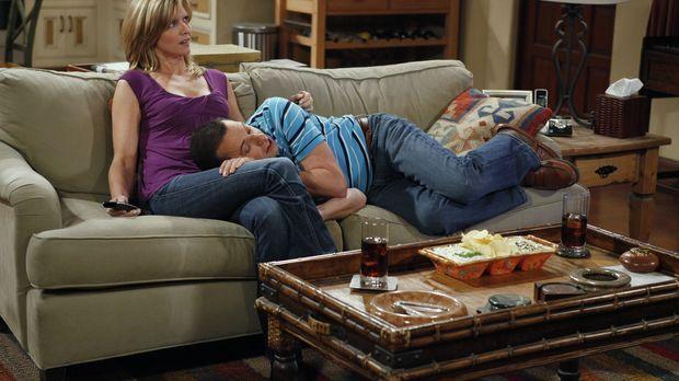 Nachdem Alan (Jon Cryer, r.) das Haus seiner Freundin Lyndsey (Courtney Thorn...