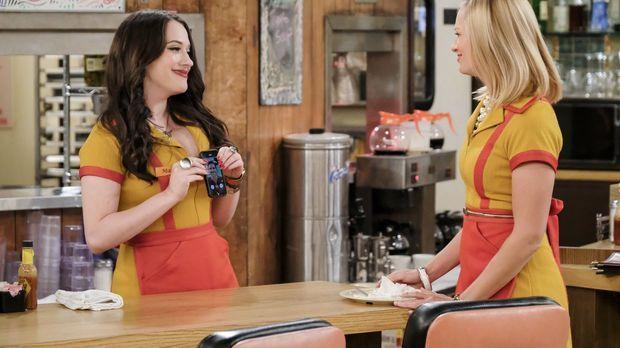 Max (Kat Dennings, l.) muss sich entscheiden, ob sie die Beziehung mit Randy...