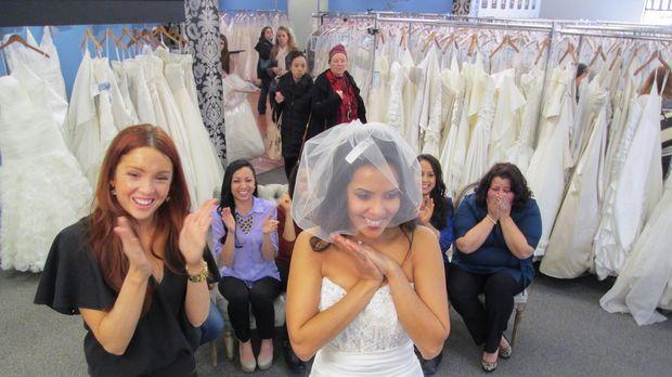 Während sich Tiffani in ein großes Kleid verliebt, finden ihre Begleiter den...