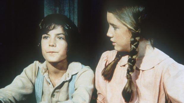 Albert (Matthew Laborteaux, l.) sitzt zu ersten mal in der Schule neben Laura...