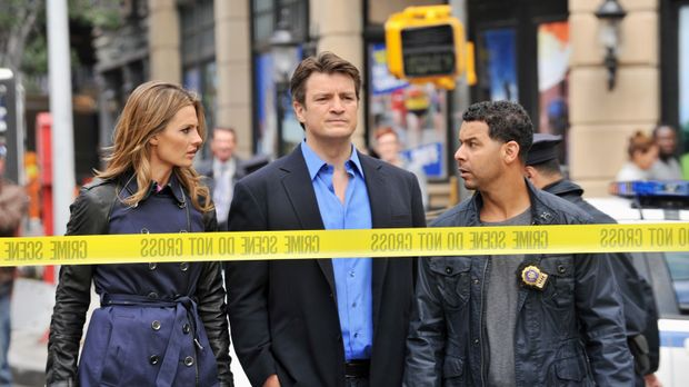 Als Beckett (Stana Katic, l.), Castle (Nathan Fillion, M.) und Esposito (Jon...