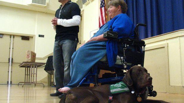 Labrador Beau ist eine große Stütze für sein Frauchen Anita Brandenburg (r.),...