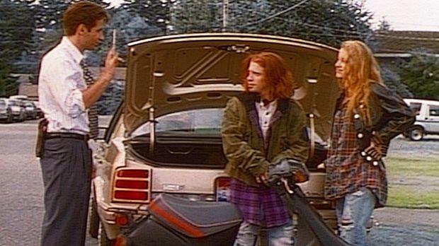 FBI-Agent Mulder (David Duchovny, l.) trifft zwei junge Leute, die UFOs über...