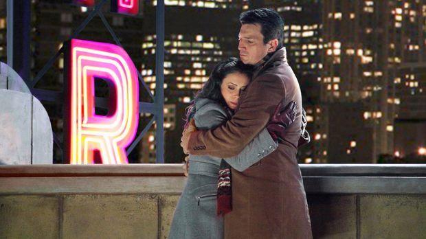 Kyra Blaine (Alyssa Milano, l.) ist völlig verzweifelt und wendet sich an Cas...