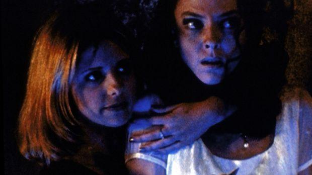 Buffy (Sarah Michelle Gellar, l.) hat Drusilla (Juliet Landau, r.) als Geisel...