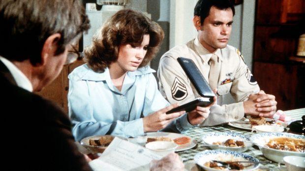 Mary Ellen (Judy Taylor, M.) erhält Besuch von Eddie Ramirez (Enrique Castill...