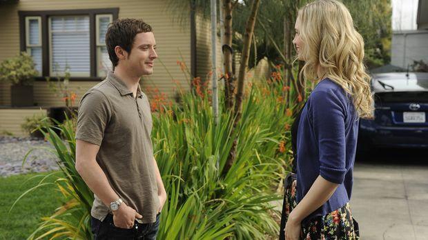 Die hübsche Jenna (Fiona Gubelmann, r.) hat ihrem Nachbar, dem ehemaligen Anw...