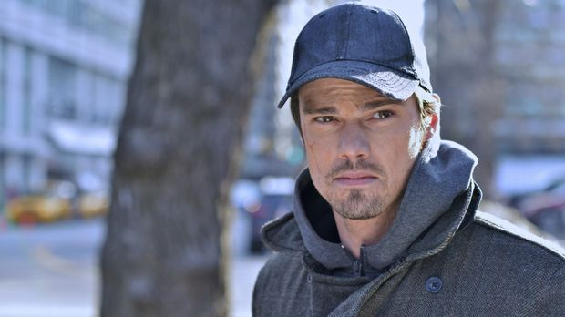 Vincent Keller (Jay Ryan) macht eine Beobachtung, die ihn zutiefst eifersücht...