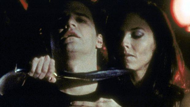 Drusilla (Juliet Landau, r.) hat Angel (David Boreanaz, l.) in ihrer Gewalt -...