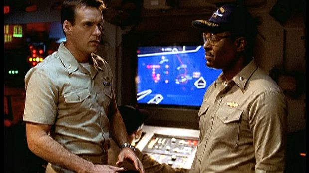 Harm (David James Elliott, l.) und Commander Burke (James Pickens jr., r.) ma...