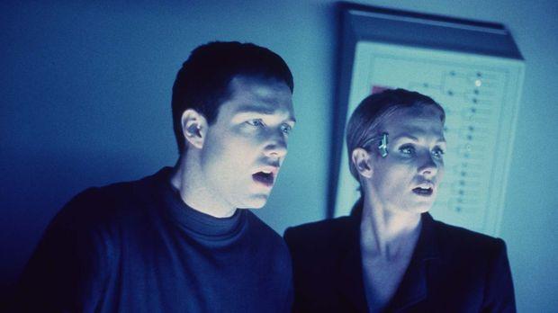 Mark (Shane Meier, l.) und seine Freundin, die Neuropsychologin, müssen mitan...