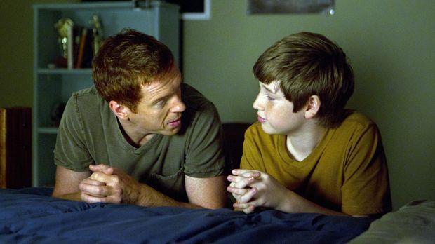 Für seinen, ihm völlig fremden Vater (Damian Lewis, l.) betet Chris (Jackson...