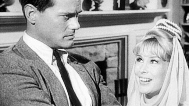Der Astronaut Tony Nelson (Larry Hagman, l.) hat Jeannie (Barbara Eden, r.) n...
