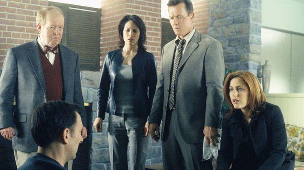 Dr. John Reits (John Aylward, l.), Monica Reyes (Annabeth Gish, 2.v.l.), John...