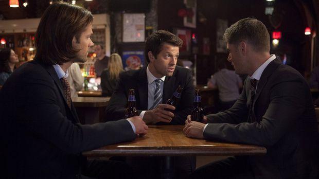Während sich Sam (Jared Padalecki, l.) und Castiel (Misha Collins, M.) auf di...