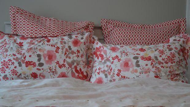 Mit blumiger Bettwäsche geht's auch. Fehlen nur noch ein paar Rosenblätter au...