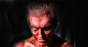 Ein schauriges Kostüm zu Karneval: Der Teufel färbt sein Gesicht und seinen K...