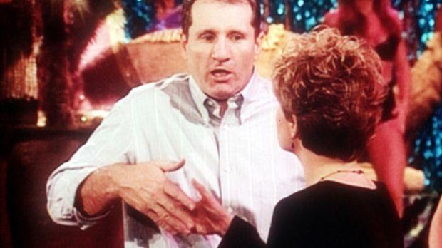 Marcy (Amanda Bearse, r.) kauft für ihren Chef von Al (Ed O'Neill, l.) den al...