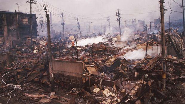 Das Beben kam am Morgen des 17.Januars 1995, hielt etwa 20 Sekunden an und er...