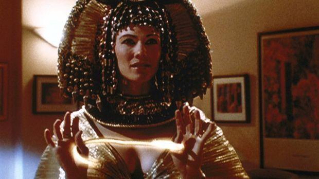Die Wächterin (Stacy Haiduk) der Urne ist gekommen, um die Habgier der Diebe...