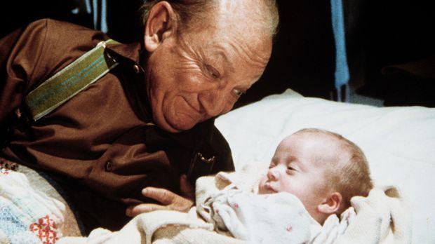 Lou Bates (Billy Barty), dessen Frau nach der Geburt ihrer Tochter gestorben...