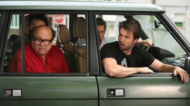 Frank (Danny DeVito, vorne l.), Dennis (Glenn Howerton, 2.v.r.), Mac (Rob McE...