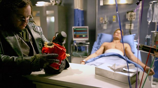 Durch die Explosion bei Luthor wird Oliver (Justin Hartley, r.) schwer verlet...