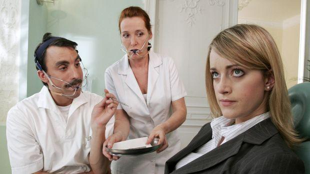 Die Kundin (Judith Richter, r.) verweigert sich ihrem Zahnarzt (Alexander Sch...