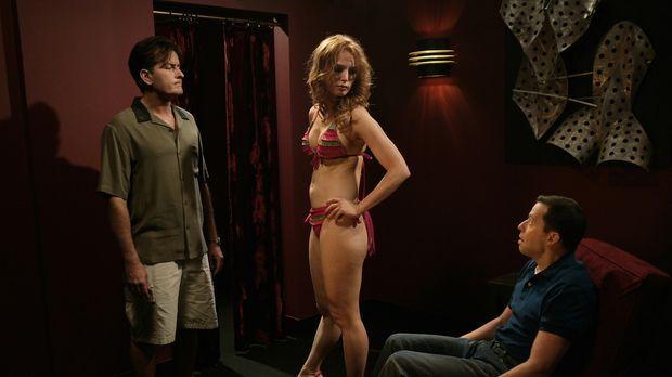 Gemeinsam mit Alan (Jon Cryer, r.) trifft Charlie (Charlie Sheen, l.) seine a...