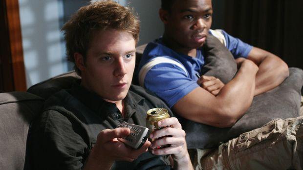 Evan (Jake McDorman, l.) und Calvin (Paul James, r.) sind alleine im Cappa Ta...