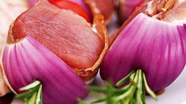 Rote Zwiebeln am Spieß mit Fleisch gefüllt