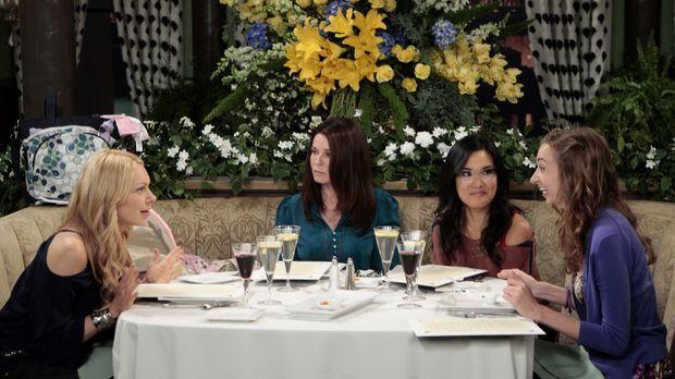 Sloane (Chelsea Handler, 2.v.l.) führt Chelsea (Laura Prepon, l.), Olivia (Al...