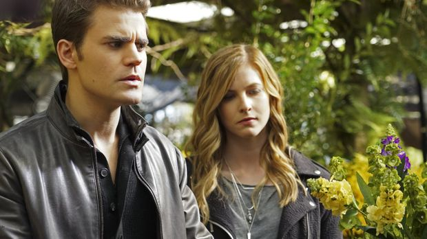 Stefan (Paul Wesley, l.) und Valerie (Elizabeth Blackmore, r.) suchen nach ei...