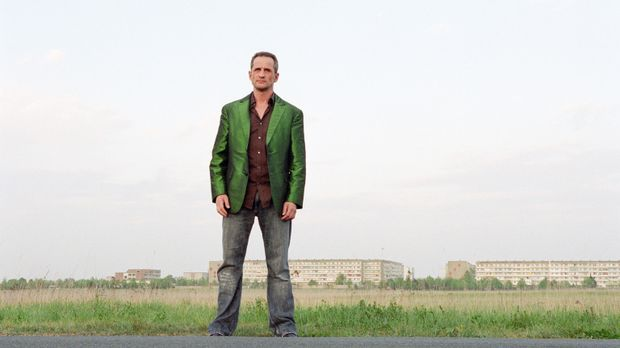 Ossi Schneider (Tim Wilde) ist endlich wieder auf freiem Fuß und mit einem ha...