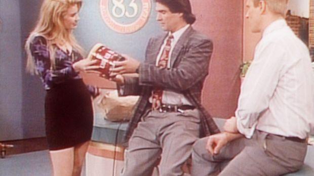 Als Kelly (Christina Applegate, l.) ein Praktikum bei einem Fernsehsender mac...