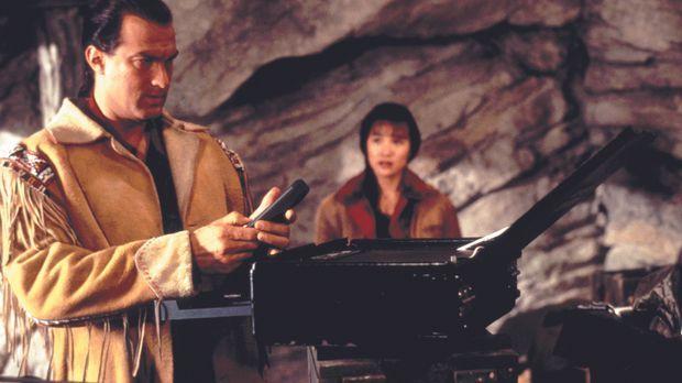 Als Sprengstoffexperte Forrest Taft (Steven Seagal, l.) die schöne Masu (Joan...