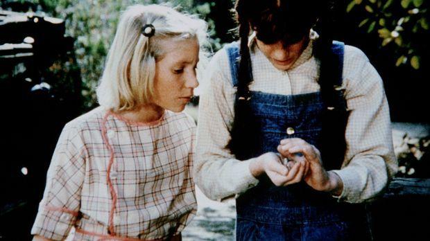 Elizabeth (Kami Cotler, r.) hat einen kleinen Vogel gefunden. Zusammen mit ih...