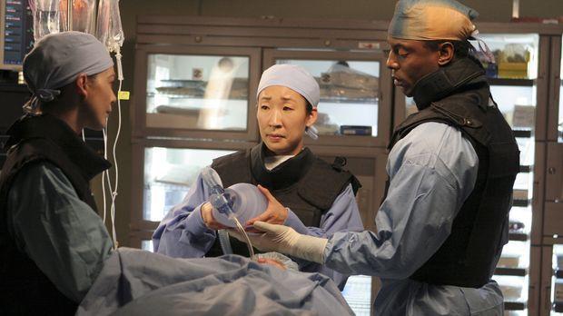 Haben eine schwierige Operation vor sich: Meredith (Ellen Pompeo, l.), Burke...
