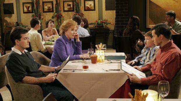 Familienessen: Charlie (Charlie Sheen, l.) Evelyn (Holland Taylor, 2.v.l.), J...