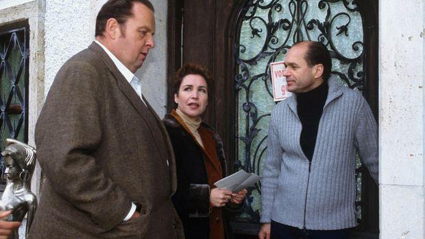 Benno (Ottfried Fischer, l.) und Sabrina (Katerina Jacob, M.) befragen Rautma...