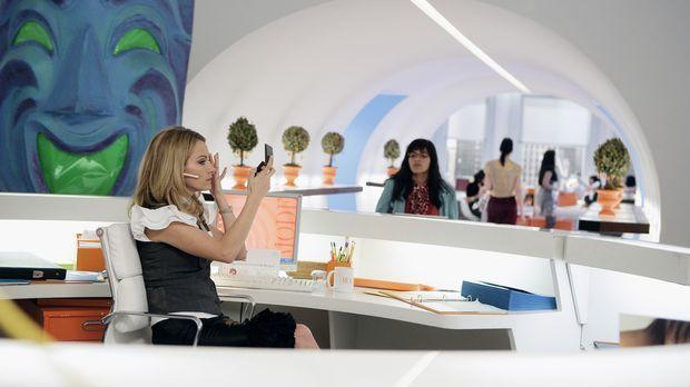 Für die Empfangsdame Amanda (Becki Newton, l.) ist Betty (America Ferrera, r....