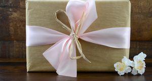 Schon einfaches Packpapier lässt sich mit ein paar Schleifen und Blumen im Ha...
