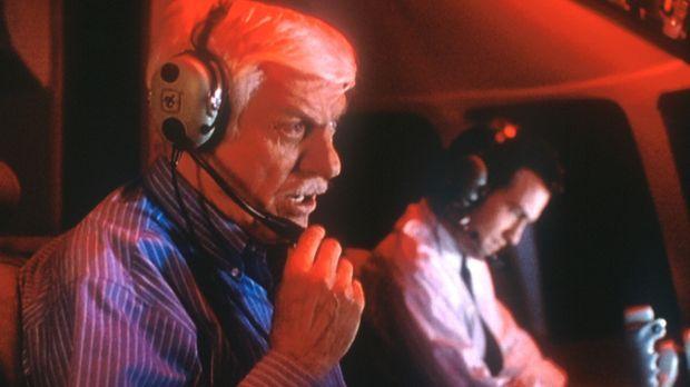 Mark (Dick Van Dyke, l.) und der Pilot Martin (Maury Sterling, r.), der jedoc...