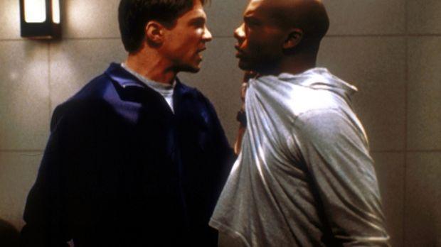 Riley (Marc Blucas, l.) hat Streit mit Forrest (Leonard Roberts, r.), seinem...